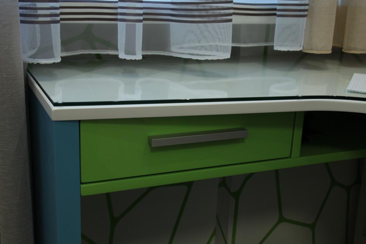 Рабочая столешница у окна,фрагмент. Мебель и текстиль собственного дизайна и производства.