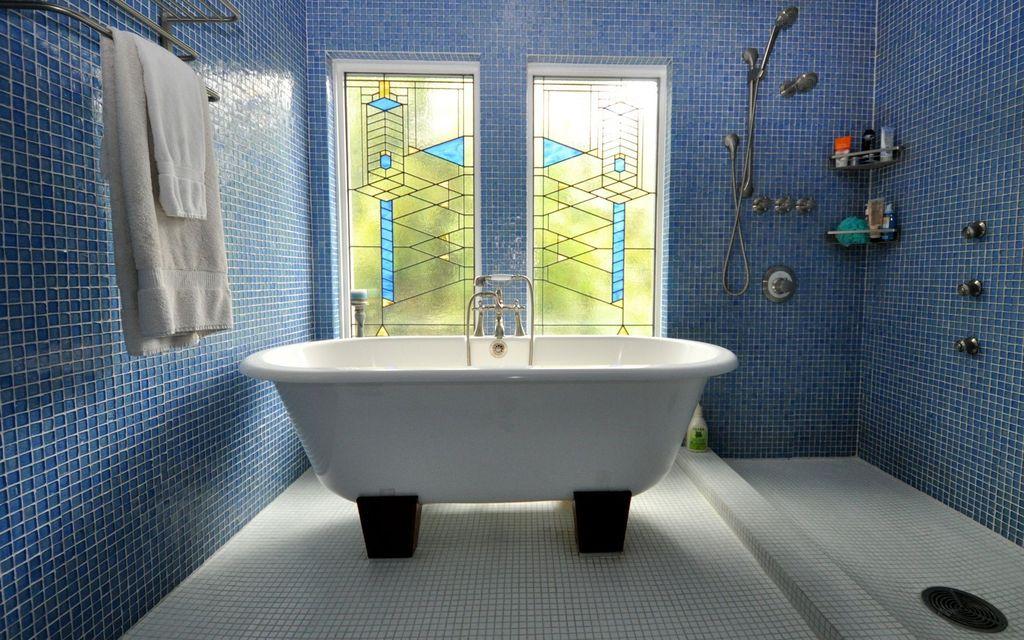 Ванная в  цветах:   Бирюзовый, Голубой, Салатовый, Синий, Фиолетовый.  Ванная в  стиле:   Минимализм.