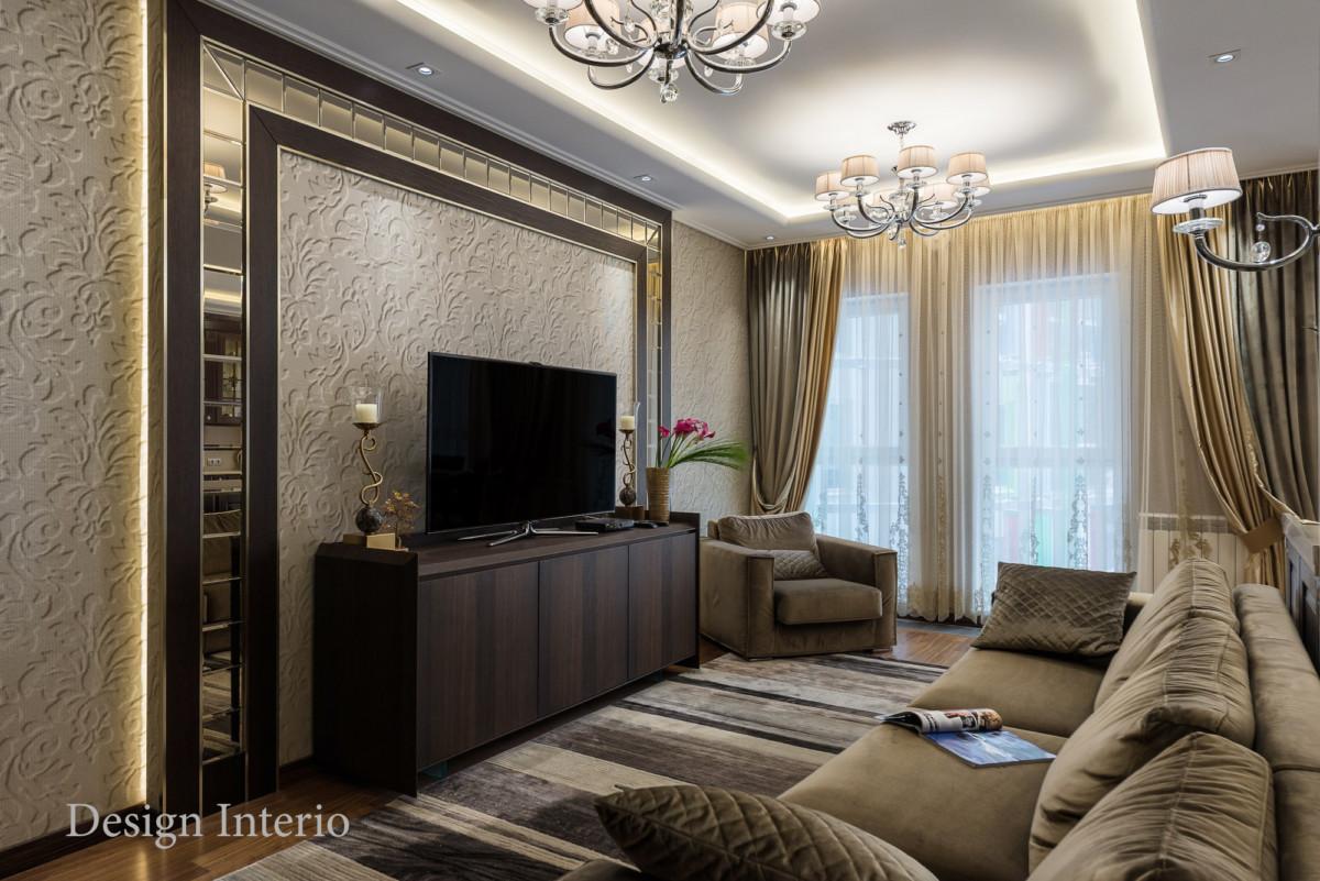 В моде контрастный декор в сочетании со спокойными цветом стен. Здесь панели из натурального дуба со вставками из зеркал.