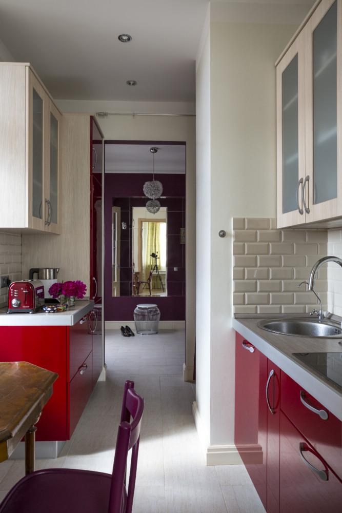 Глянцевые поверхности кухни, так же как зеркальное панно в прихожей, отражают свет и поэтому создают ощущение пространства.