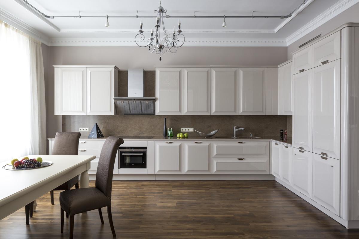 В этой классической квартире кухня — самое лёгкое, современное и воздушное помещение.