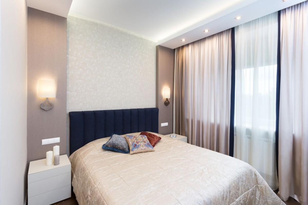 Спальня выполнена в спокойных, мирных тонах, ниша оформлена обоями с орнаментом, разноуровневое освещение позволяет создавать разное настроение в спальне.