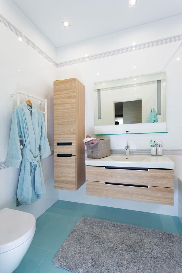 Ванные комнаты: гостевая — яркая, красочная и веселая, за счёт использования плитки с бесподобным рисунком.
