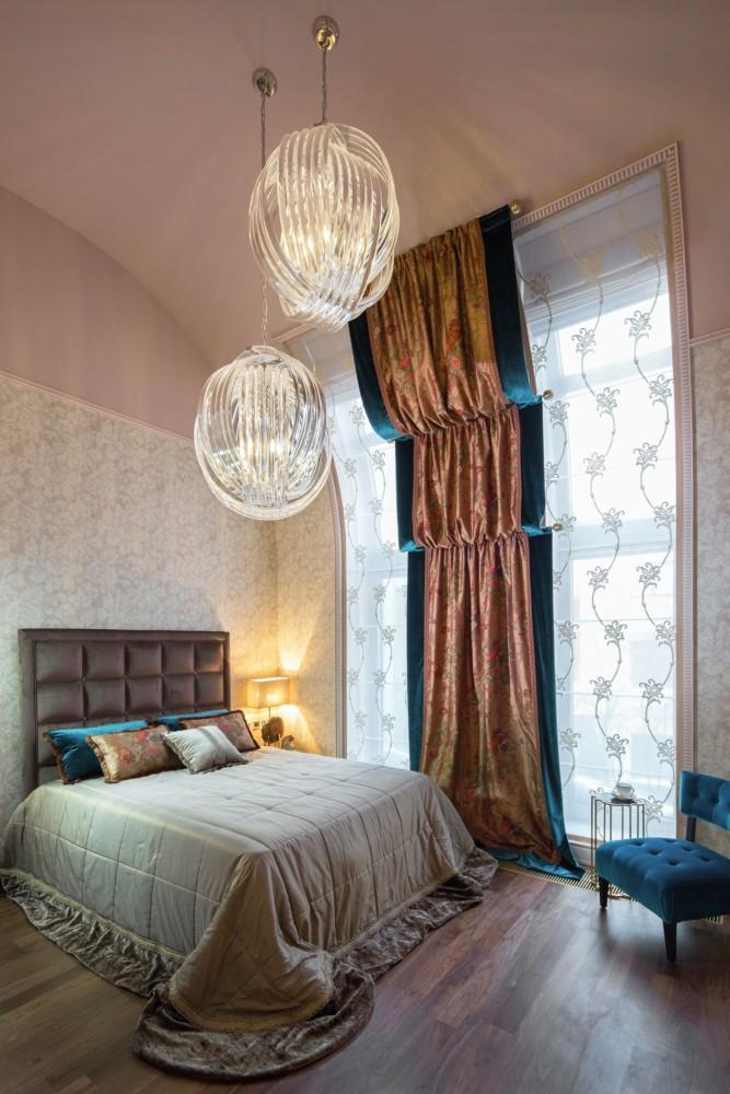 Индивидуально выполненные мастерами витражные светильники у кровати дополняют атмосферу камерности.