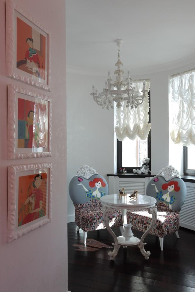 У них получилось создать настоящий рай для девочек: уютное белое пространство наполнено тёплыми, персиковыми и красными акцентами. Особенно любопытна фантазийная кровать с высоким изогнутым изголовьем, стремящимся как бы укутать спящую.