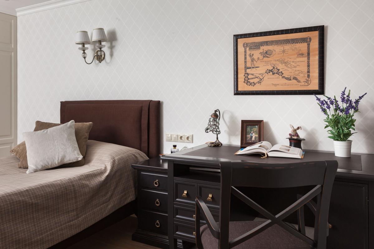 Для комнаты сына были выбраны светлые обои, на которых располагается орнамент в виде ромбов. Рисунок имеет строгий характер, подчёркивая мужской интерьер этой комнаты.