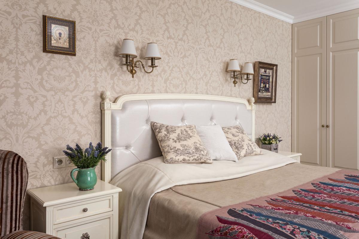 В хозяйской спальне используется крупный, изящный рисунок на обоях.