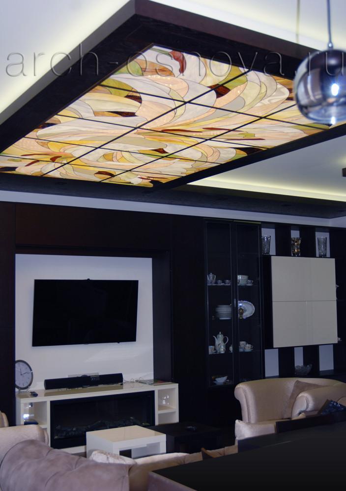Пластичная изящная графика художественного витража наполняет строгий интерьер квартиры теплотой и уютом.