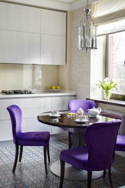 Кухня/столовая в  цветах:   Бежевый, Серый, Сиреневый, Темно-зеленый, Фиолетовый.  Кухня/столовая в  стиле:   Неоклассика.