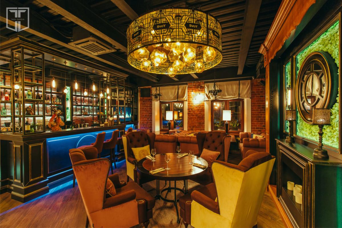 Дизайнер Татьяна Зарьева лично занималась реконструкцией особняка, в котором сейчас открылся SVOY, и воплотила тут не просто нетипичную для Москвы самобытность кулуарных ресторанов, а именно дух лондонского Сохо.