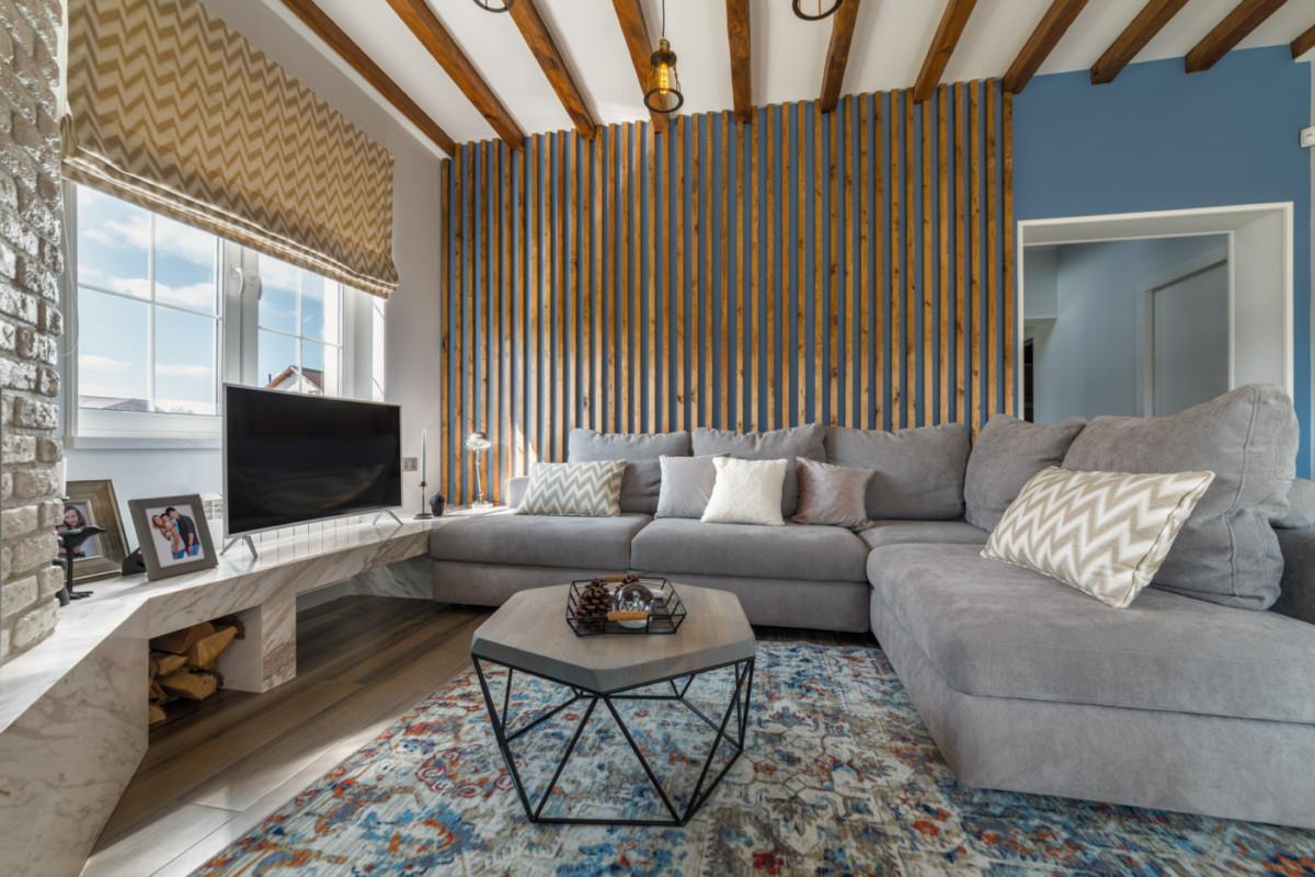 На обоих этажах в эркере организована мягкая зона отдыха с множеством подушек, мягким сиденьем и дополнительной зоной хранения в виде выдвижных ящиков.
