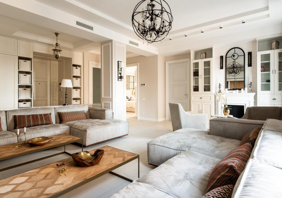Семейная четырёхкомнатная квартира с каминной зоной в огромной гостиной
