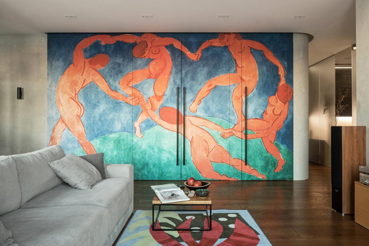 Интерьер трёшки с гигантским полотном Матисса в гостиной