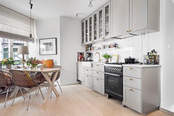 Кухня/столовая в  цветах:   Бежевый, Бордовый, Коричневый, Светло-серый, Темно-коричневый.  Кухня/столовая в  стиле:   Скандинавский.
