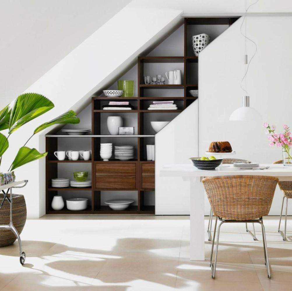 Идеи для дачи: 16 способов заполнить пространство под лестницей
