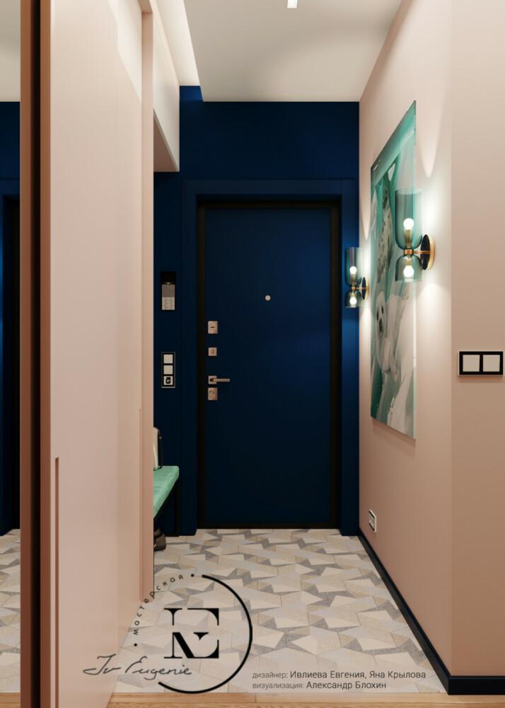 Мы видим входную зону в прихожей. Она зрительно отделена от общей прихожей светлой половой плиткой. Хорошо обыгран контраст светлого и темного цвета. Преобладание пастельных тонов зрительно расширяет помещение. Темно-синим оттенком выделена стена с входной дверью. Черный плинтус и рамочки на розетках добавляют контрастность в общую стилистику.