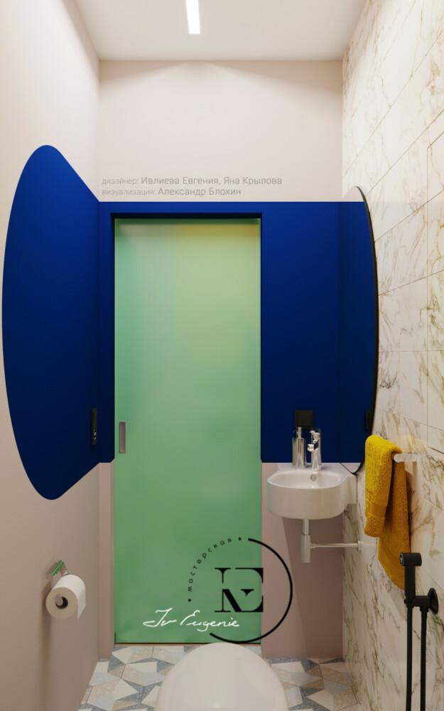 Применение ярких цветовых приемов в санузле - это одно из направлений стиля Soleray. На светлом фоне керамической плитки под мрамор яркие выкрасы выглядят еще более эффектно. Нежно-мятный цвет дверного полотна хорошо сочетается с синим цветом стены.