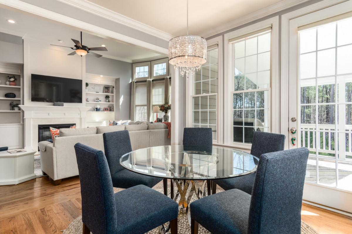 Из какого материала выбрать стол на кухню: массив дерева, МДФ или стекло